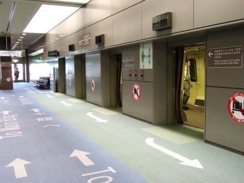 成田空港第2旅客ターミナルサテライトへの連絡用電車連絡用シャトルシステムサテライト側の乗降場:スペイン旅行記