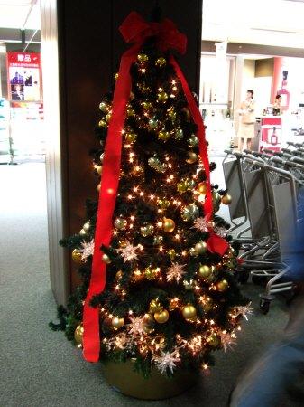 成田空港第2旅客ターミナルサテライトにもクリスマスの飾り付けクリスマスツリー:スペイン旅行記