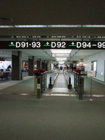 成田空港第2旅客ターミナルサテライトの動く歩道:スペイン旅行記