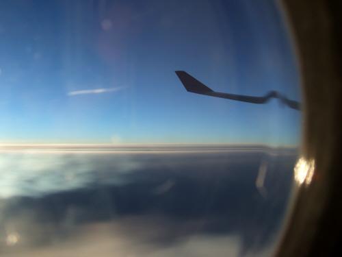 成田空港発(NRT)スカンジナビア航空Scandinavian Airlines - SAS Airbusエアバス A340-313X OY-KBI SK984便デンマークコペンハーゲン空港(CPH)行き。 乗降用ドアの窓から見たロシアの風景