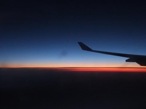 成田空港発(NRT)スカンジナビア航空Scandinavian Airlines - SAS Airbusエアバス A340-313X OY-KBI SK984便デンマークコペンハーゲン空港(CPH)行き。飛行機から見た夕焼け夕景夕日