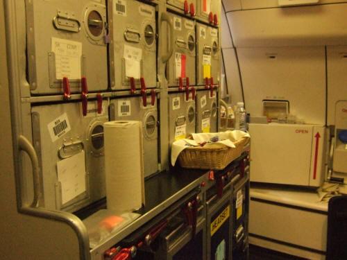 成田空港発(NRT)スカンジナビア航空Scandinavian Airlines - SAS Airbusエアバス A340-313X OY-KBI SK984便デンマークコペンハーゲン空港(CPH)行き。客室乗務員スチュワーデスのいない後部ギャレー