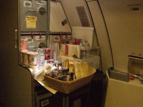 成田空港発(NRT)スカンジナビア航空Scandinavian Airlines - SAS Airbusエアバス A340-313X OY-KBI SK984便デンマークコペンハーゲン空港(CPH)行き。客室乗務員スチュワーデスのいない後部ギャレー。カップラーメンやおにぎりおむすびポテトサンドウィッチハムチーズサンドウィッチ