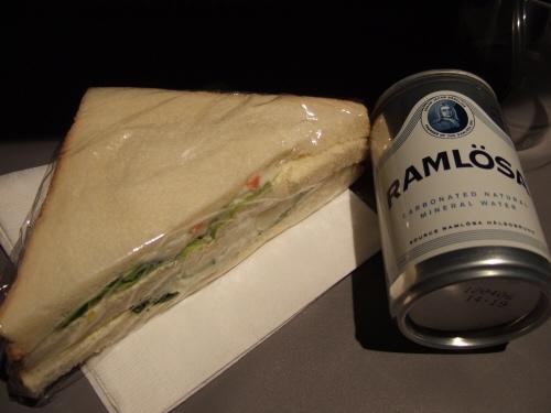 成田空港発(NRT)スカンジナビア航空Scandinavian Airlines - SAS Airbusエアバス A340-313X OY-KBI SK984便デンマークコペンハーゲン空港(CPH)行き。夜食というか軽食というかつなぎの間食というか小腹が空いたときのおつまみというかポテトサラダサンドウィッチとミネラルウォーターノンガスではなくあえてガス入りの水