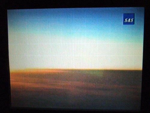 成田空港発(NRT)スカンジナビア航空Scandinavian Airlines - SAS Airbusエアバス A340-313X OY-KBI SK984便デンマークコペンハーゲン空港(CPH)行き。個人用パーソナル液晶画面には機体正面パイロットほぼ同じ目線のライブカメラ映像