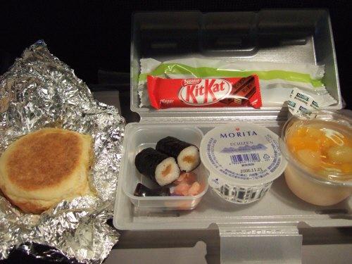 成田空港発(NRT)スカンジナビア航空Scandinavian Airlines - SAS Airbusエアバス A340-313X OY-KBI SK984便デンマークコペンハーゲン空港(CPH)行き。2度目の機内食サービスBOXランチ鉄火巻きやかっぱ巻きではなくかんぴょう巻き海苔巻きとハムチーズサンドウィッチ
