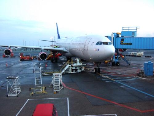 成田国際空港発(NRT)スカンジナビア航空Scandinavian Airlines - SAS Airbusエアバス A340-313X OY-KBI SK984便デンマークコペンハーゲン空港(CPH)行き。ターミナル3フィンガーCのC33スポットに駐機する