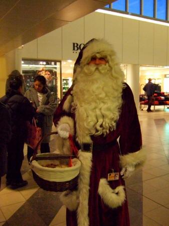 Merry Christmas!メリーXマス デンマークコペンハーゲン国際空港(CPH)ターミナル2にサンタクロースの本場北欧のサンタさん