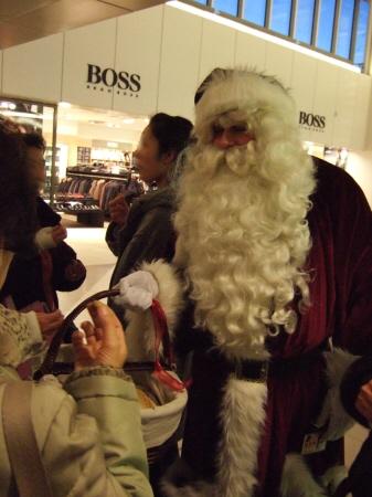 デンマークコペンハーゲン国際空港(CPH)ターミナル2にサンタクロースの本場北欧のサンタさんメリークリスマス。トナカイはいなかった
