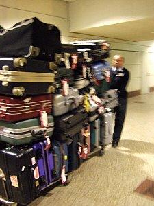 スペインマドリードバラバス国際空港。ロストバゲ−ジは無し。スーツケースを山積みにして運ぶ空港ポーター