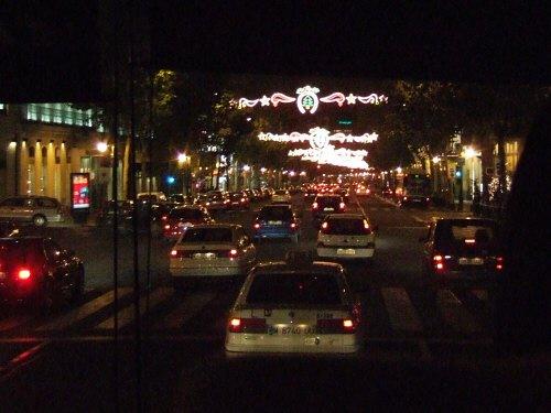 スペインマドリッドの夜景。街はクリスマスイルミネーションで飾り付けられライトアップが美しい
