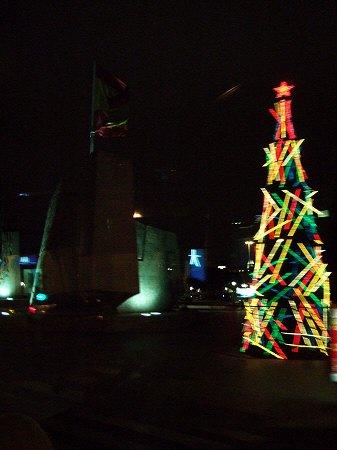 スペインマドリードの夜景。街はクリスマスイルミネーションで飾り付けられライトアップが美しいクリスマスツリー電飾