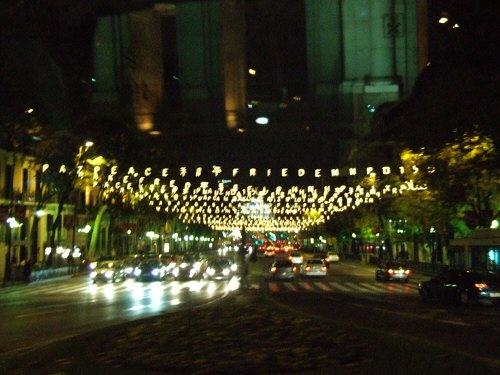 スペインマドリードの夜景。街はクリスマスイルミネーションで飾り付けられライトアップが美しいクリスマスツリー電飾平和の文字が日本語イルミネーション