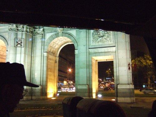 スペインマドリードの夜景。街はクリスマスイルミネーションで飾り付けられライトアップが美しいクリスマスツリー電飾平和の文字が日本語イルミネーション凱旋門