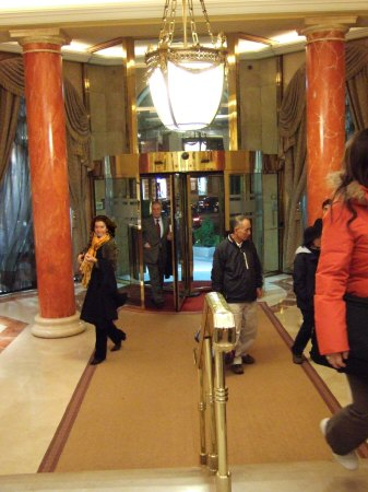 スペインマドリードマドリッドホテルウエリントンウェリントンHOTEL WELLINGTON五つ星ホテルフロント前ロビー1階ロビーからホテル正面玄関回転扉