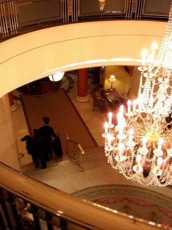 スペインマドリードマドリッドホテルウエリントンウェリントンHOTEL WELLINGTON五つ星ホテル吹き抜けのシャンデリアホテルフロント