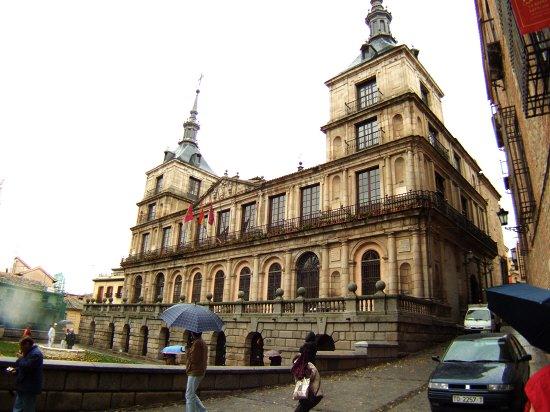 スペインマドリードマドリッドから世界遺産トレド(世界自然遺産)。Toledoトレドカテドラル大聖堂の真向かいにトレド市庁舎市役所
