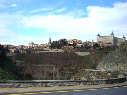 スペインマドリードマドリッドから世界遺産トレド(世界自然遺産)。Toledoトレド旧市街展望台からタホ川沿いに走るツアーバストレドカテドラル、アルカサール