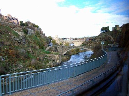 アルカンタラ橋スペインマドリードマドリッドから世界遺産トレド(世界自然遺産)。Toledoトレド旧市街タホ川沿いに走るツアーバス