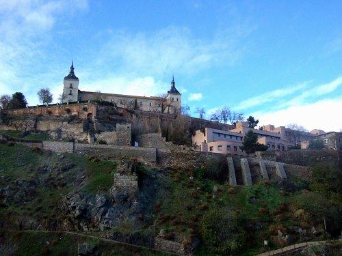 スペインマドリードマドリッドから世界遺産トレド(世界自然遺産)。Toledoトレド旧市街タホ川沿いに走るツアーバス