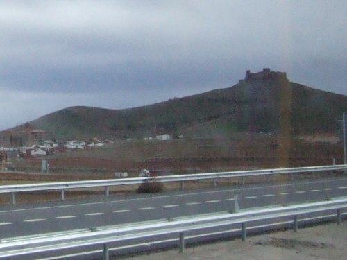 世界遺産トレド(世界自然遺産)Toledoトレドからラマンチャ地方・コンスエグラへ高速道路沿いの小山の上に古城あり