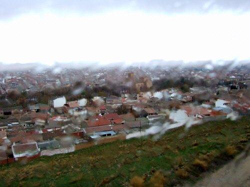 世界遺産トレド(世界自然遺産)Toledoトレドからラマンチャ地方・コンスエグラ、風車の丘を登るバスの車窓から見たコンスエグラの街並み