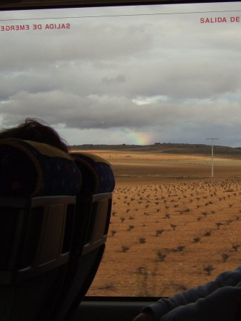 風車の町ラマンチャ地方・コンスエグラからマドリッドマドリードを目指し高速道路を走るバスから虹が見えた
