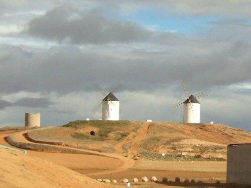 風車の町ラマンチャ地方・コンスエグラからマドリッドマドリードへ戻る途中に高速道路脇に見えた風車群