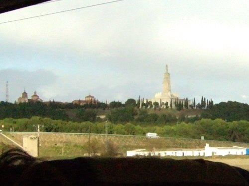 風車の町ラマンチャ地方・コンスエグラからマドリッドマドリードへ戻る途中に高速道路脇に見えた何かの記念碑記念像。スペインの新幹線AVEアベアヴェからも見えた