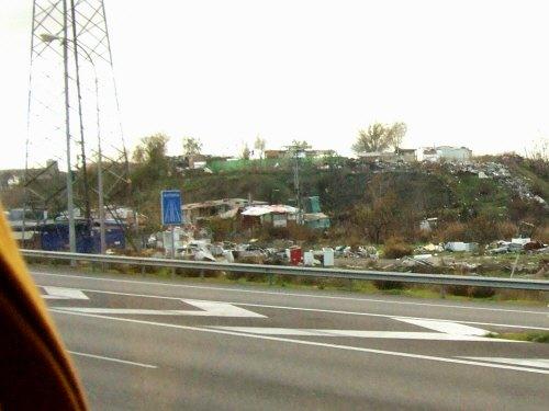 風車の町ラマンチャ地方・コンスエグラからマドリッドマドリードへ戻る途中に高速道路脇に見えたジプシーのバラック小屋群
