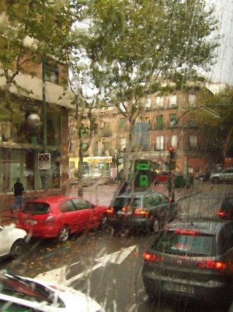 雨のスペインの首都マドリードマドリッド中心市街地秋の紅葉黄葉