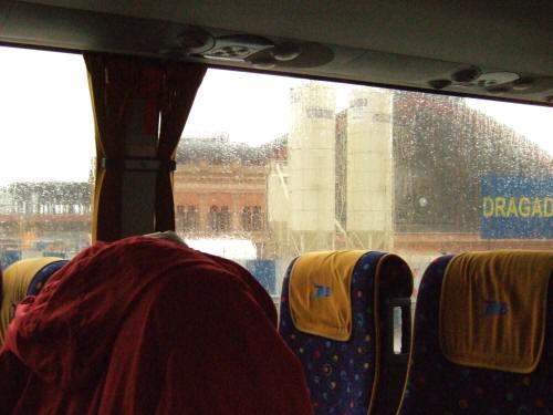 雨のスペインの首都マドリードマドリッド中心市街地アトーチャ駅
