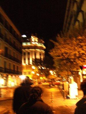 マドリッドマドリード国立ソフィア王妃芸術センター前からアトーチャ通りへ歩くツアー一行