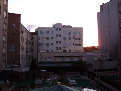 マドリッド、ホテルウェリントンホテル部屋の窓から観た景色マドリードの朝焼け日の出朝日バッゲージアウト直後