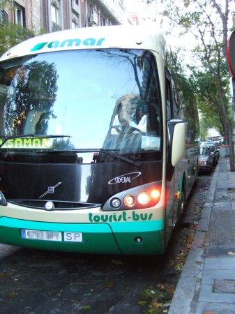 マドリッド、ホテルウェリントンホテルmadrid hotel wellingtonの横に停車中のツアーバスSAMAR tourist-bus