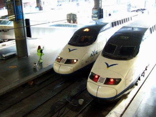 Espana España(エスパーニャ)SPAIN MADRIDマドリッドマドリードアトーチャ駅Vieja Estacion de Atocha青いラインのAVE駅舎内駅構内スペインの新幹線高速鉄道AVEアベアヴェのホームへAVE9624号セビーリャ行きセビージャ行きセビリア行き