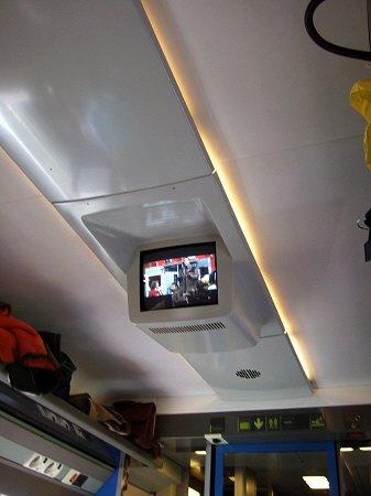 Espana España(エスパーニャ)SPAIN MADRIDマドリッドマドリードVieja Estacion de Atochaアトーチャ駅発コルドバ、セビージャ行きスペインの新幹線高速鉄道AVEアベアヴェAVE9624列車内では映画上映中