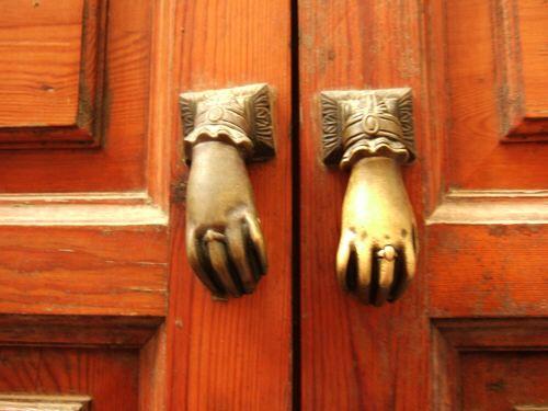 España(エスパーニャ)SPAINフラメンコの本場セビリヤへSEVILLAセビリアセビージャセビーリャサンタ・クルス街Barrio de Santa Cruz旧市街ユダヤ人街人間の手の形をしたドアノブ取っ手