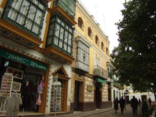 España(エスパーニャ)SPAINフラメンコの本場セビリヤへSEVILLAセビリアセビージャセビーリャサンタ・クルス街Barrio de Santa Cruz旧市街ユダヤ人街パティオ風な広場JIMBEC土産物屋