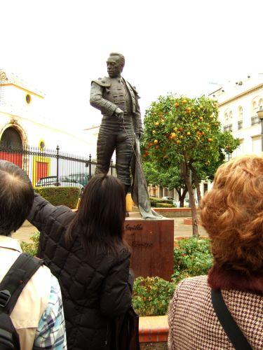 España(エスパーニャ)SPAINフラメンコの本場セビリヤへSEVILLAセビリアセビージャセビーリャクリストバル・コロン通りPo.de Cristobal Colonマエストランサ闘牛場前にスペインの大闘牛士クーロ・ロメロの銅像