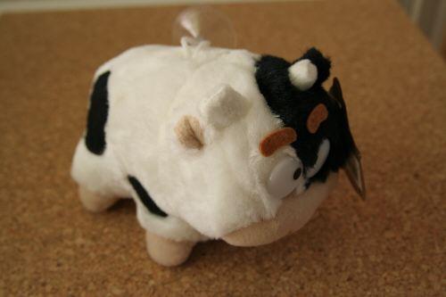押すと鳴く牛のぬいぐるみ