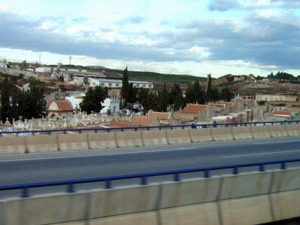 エスパーニャSPAINアンダルシア地方グラナダからバレンシア地方バレンシア高速道路A92号線沿いに見えた風景景色墓地お墓