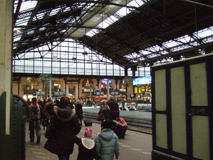 スイスジュネーブからパリへ新幹線フランス国鉄 (SNCF)の高速鉄道TGVparisパリスガレドゥリヨン