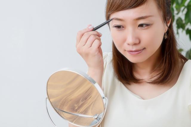 眉毛ラインを描く女性