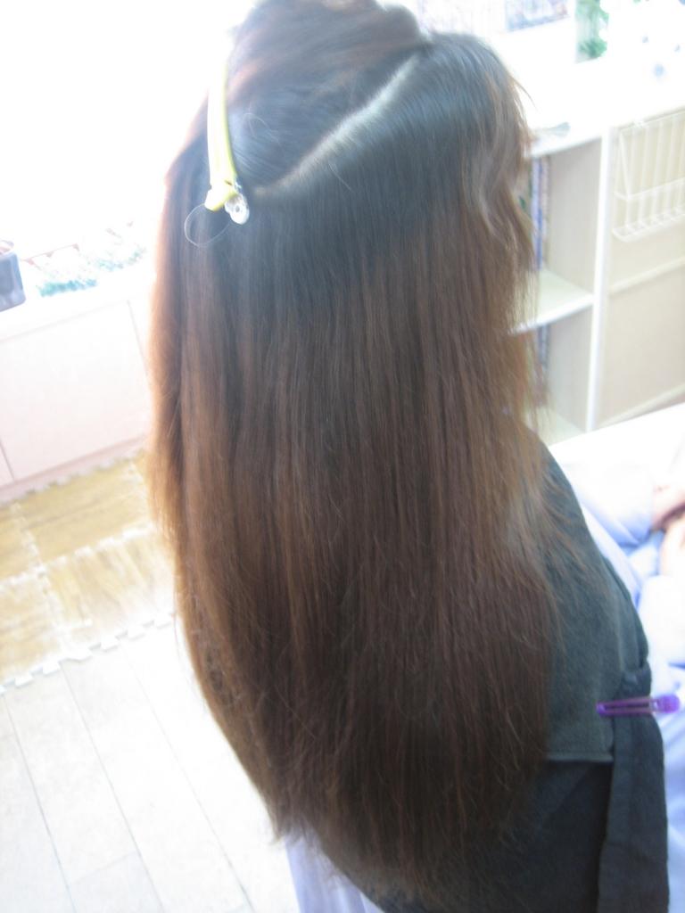 ヘアカラーと縮毛矯正をしながら腰まで髪を伸ばす