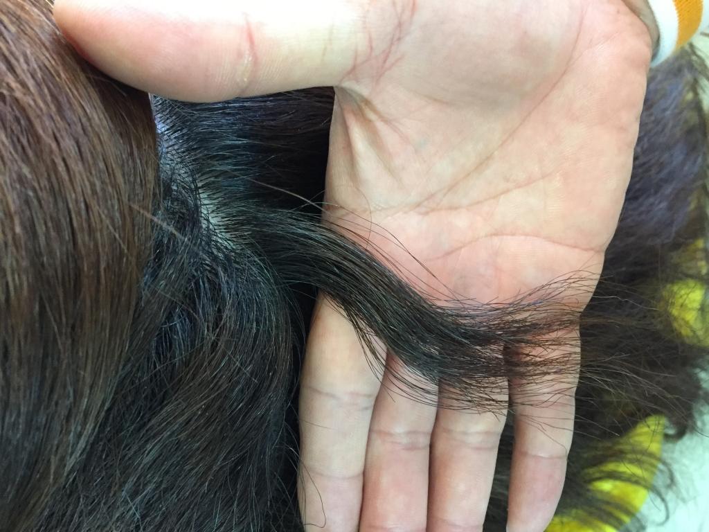 根元から切られすぎた髪