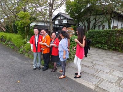 台湾・台南市関子嶺(かんしれい)温泉協会会長との母屋前でのスナップ