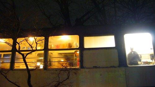 車窓から洩れる灯り