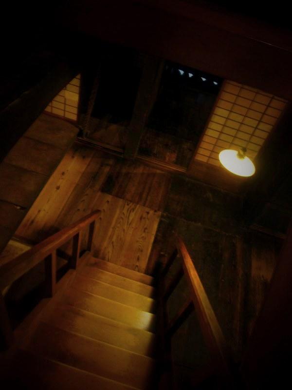 ミシミシする階段