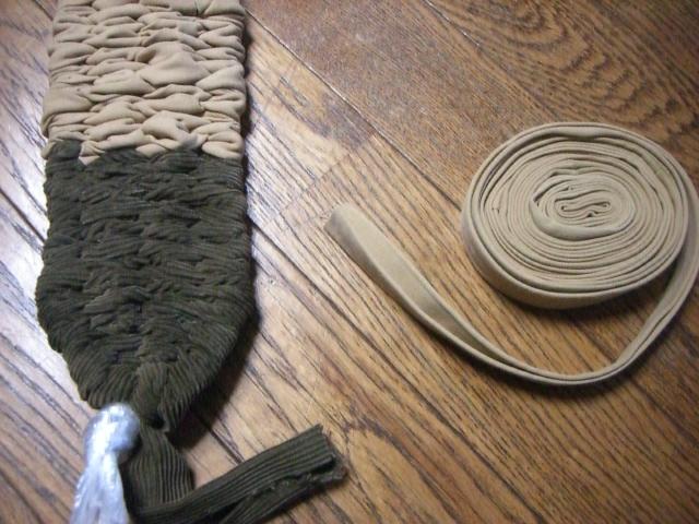 テープ状にして、ぞうりを編み上げているところ。